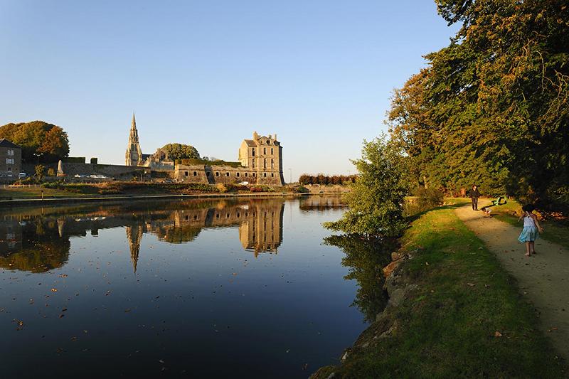 Château de Quintin vue de l'étang