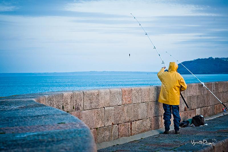 Pêcheur sur la jetée de Binic